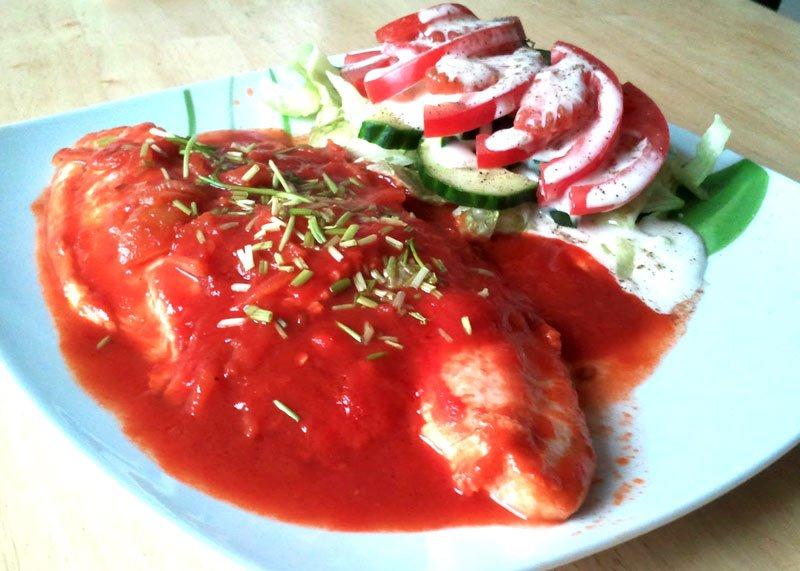 Fisch in Tomatensoße mit Salat