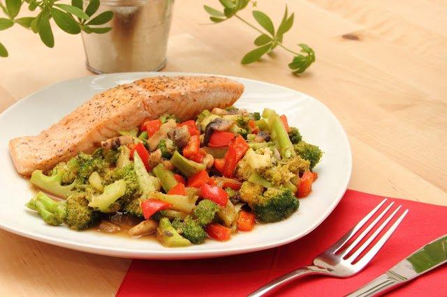 Lachs mit Gemüse zubereiten