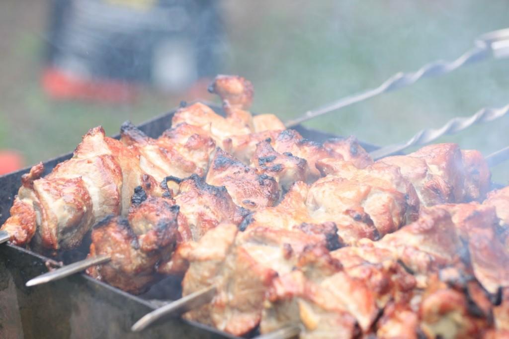 Das Fleisch von allen Seiten heiß grillen