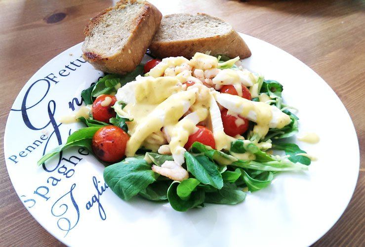 Feldsalat mit Tomaten, Mozzarella und Krabben