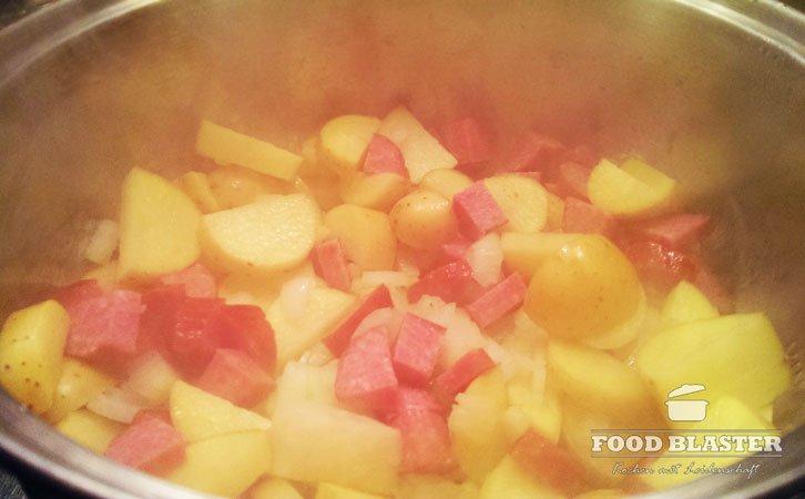 Kartoffeln und Wurst schmoren