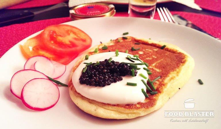 Leckerer Blini mit Kaviar und Schnittlauch