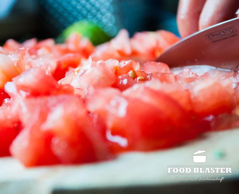 Tomate schälen und schneiden
