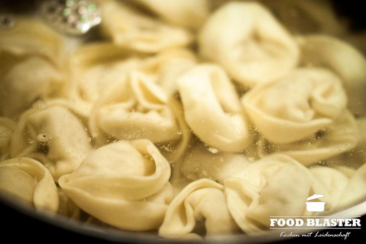 Tortellini in Wasser kochen