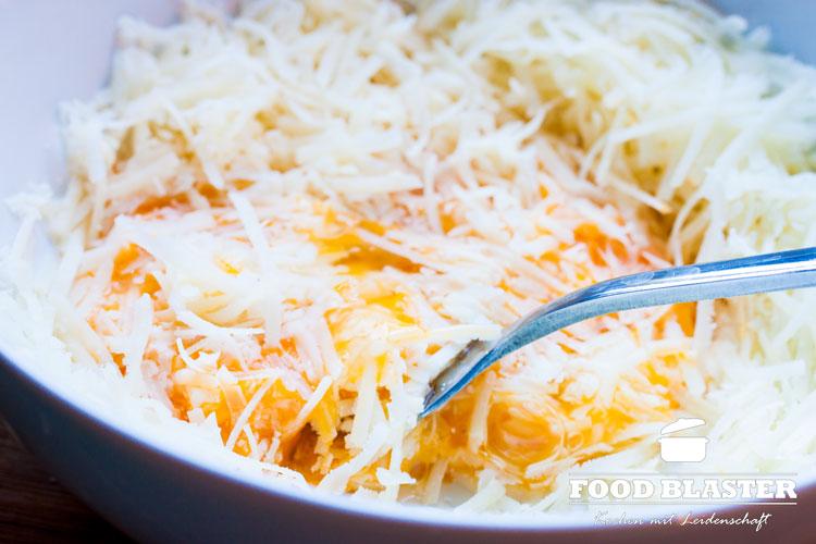 Ei mit Parmesan verquirlen für Carbonara