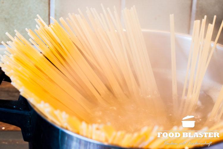 Spaghetti al dente kochen für Carbonara