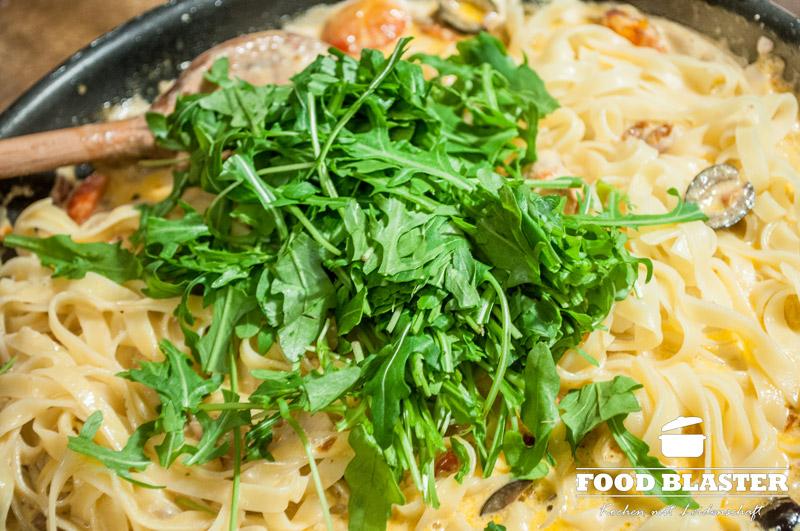 Tagliatelle, Rucola und Parmesansoße