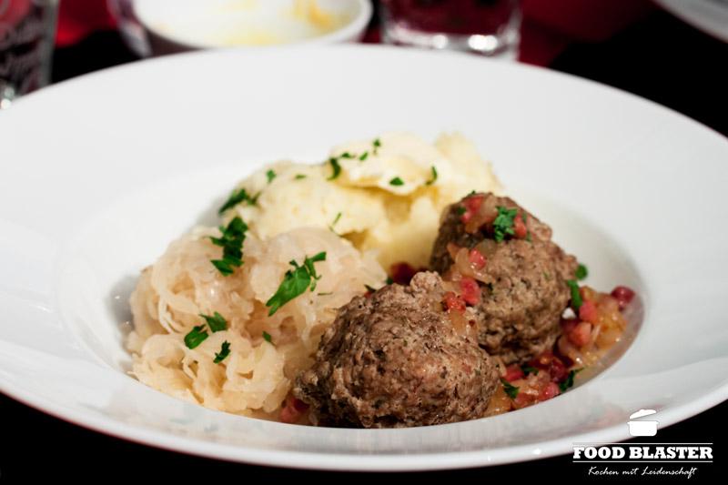 Leberknödel mit Kartoffelpüree und Sauerkraut