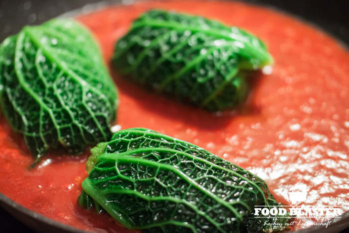 Wirsingrouladen mit Tomatensoße