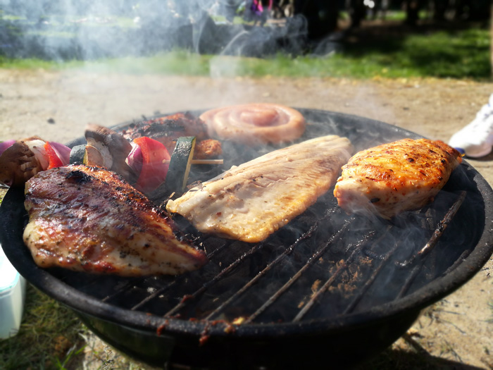 Grillen im Park mit Fleisch