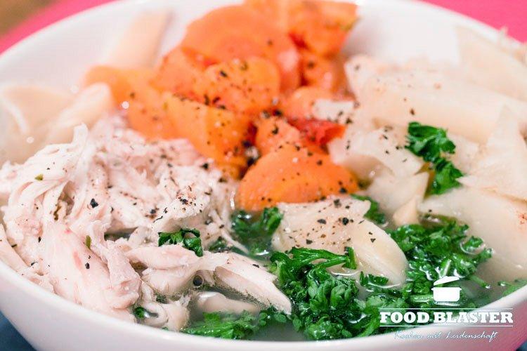 Hühnersuppe mit Karotten und Petersilie