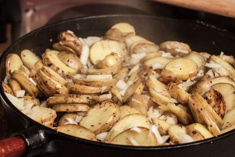 bratkartoffeln in der Eisenpfanne