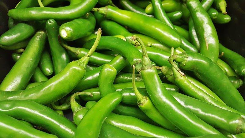 Bild von grünen Serrano-Chilis