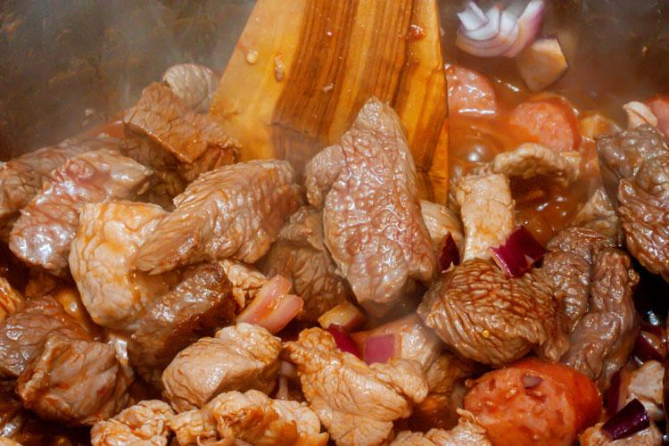 Foto: Fleisch anbraten für Bigos